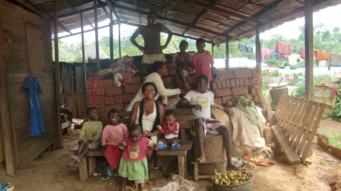 Abeng, participante de uma formação no meio rural, e a sua família